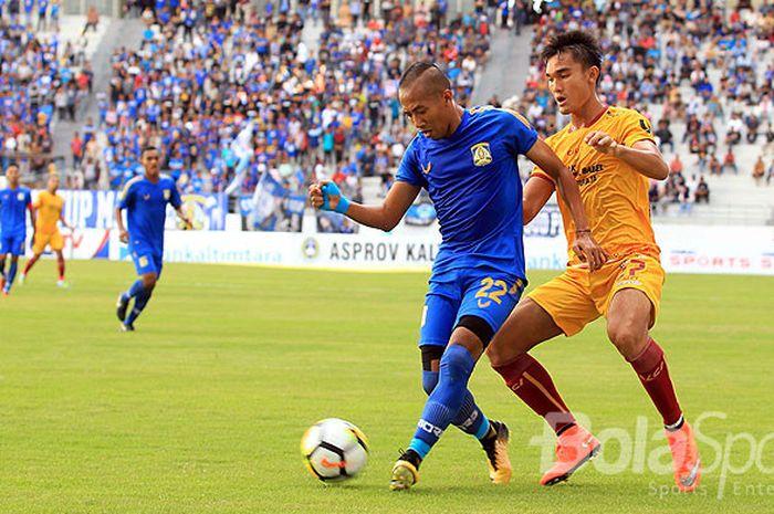 Gelandang Persiba Balikpapan, Siswanto (kiri), berebut bola dengan bek Sriwijaya FC, Zalnando, pada