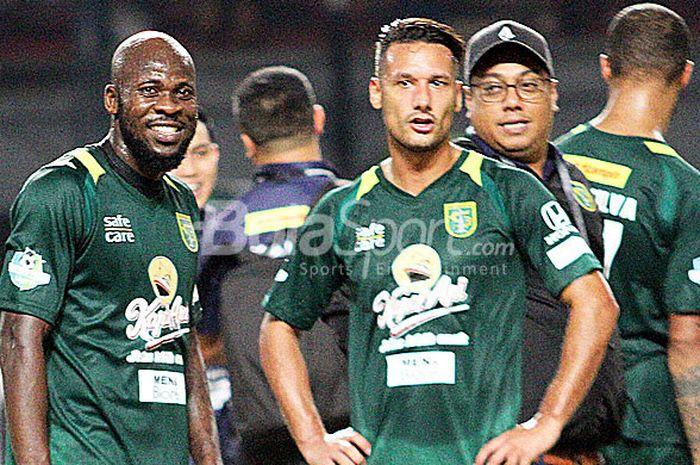 Pemain Persebaya Surabaya, OK Jhon (kiri) dan Raphael Maitimo (kanan),  usai menjalani debut bermain bersama Persebaya kontra PSMS Medan, Rabu (18/7/2018) di Gelora Bung Tomo Surabaya.