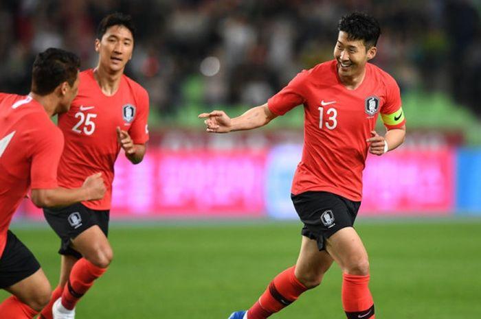 Pemain Korea Selatan, Son Heung-Min (kanan), merayakan golnya ke gawang Honduras dalam laga persahabatan di Daegu, Korea Selatan pada 28 Mei 2018.