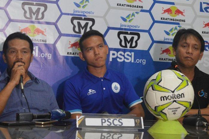 Pelatih PSCS Cilacap, Jaya Hartono (kiri) pada sesi jumpa pers sebelum menjamu Persib Bandung di Piala Indonesia, Selasa (4/12/2018).