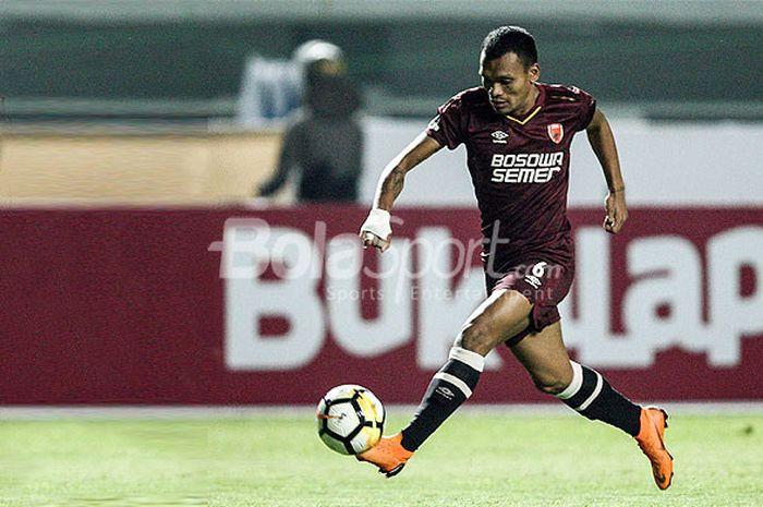 Aksi striker PSM Makassar, Ferdinand Sinaga, saat melawan Persib Bandung pada pekan kesepuluh Liga 1 2018 di Stadion GBLA, Bandung, Rabu(23/05/18).