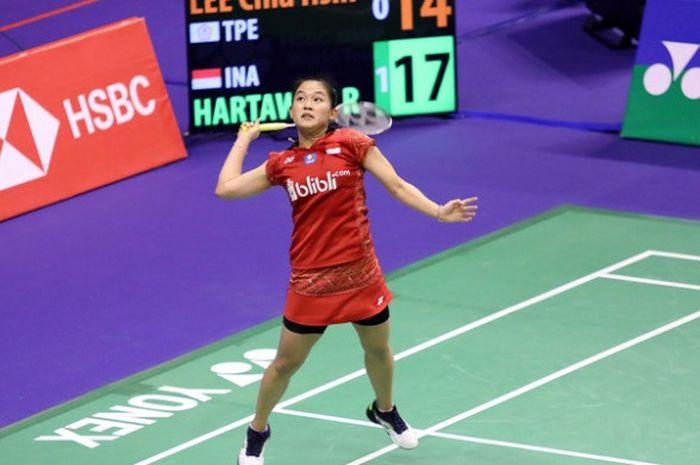 Pebulu tangkis tunggal putri Indonesia, Ruselli Hartawan, bersiap melakukan smes ke arah Lee Chia Hsin (Taiwan) pada kualifikasi kedua Hong Kong Open 2018 di Hong Kong Coliseum, Selasa (13/11/2018).