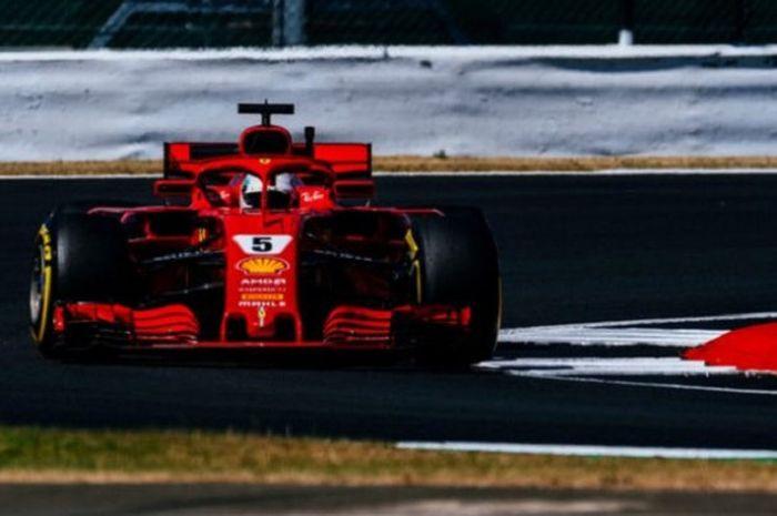 Pebalap Ferrari, Sebastia Vettel, saat tampil di Sirkuit Silverstone pada hari pertama gelaran F1 GP Inggris 2018, Jumat (6/7/2018).