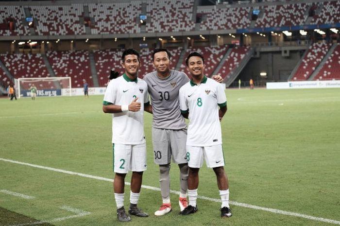 Kiper timnas U-23 Indonesia, Awan Setho Raharjo (tengah) berpose bersama Putu Gede Juni Antara (kiri