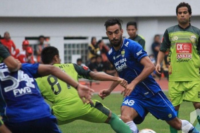 Aksi penyerang Persib Bandung, Marcos Flores (kedua dari kanan), dalam laga kontra Bhayangkara FC di