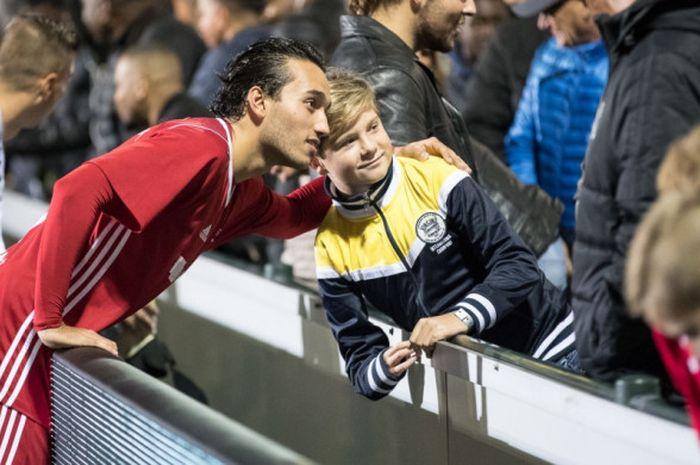 Pemain Almere City dan timnas Indonesia, Ezra Walian berfoto bersama fan Almere City
