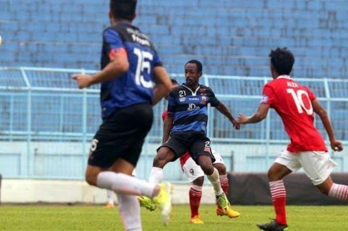 Gelandang bertahan Gerald Pangkali (tengah) penampilannya belum memuaskan pelatih Madura United, Gom