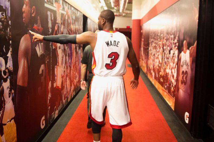 Dwyane Wade mengonfirmasi masih akan bermain bersama tim Miami Heat di video Youtubenya.