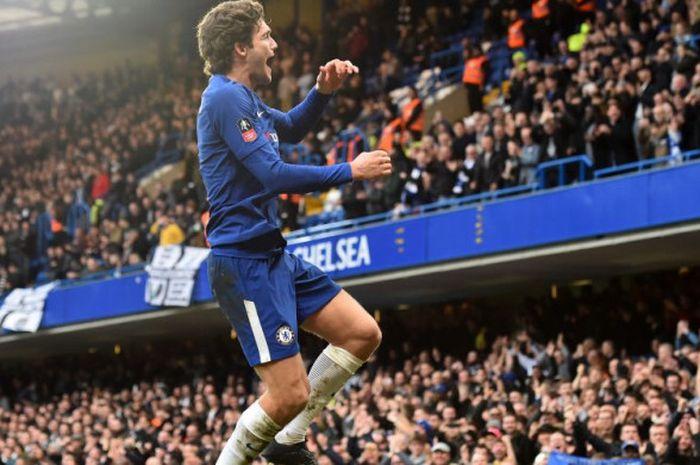 Pemain Chelsea, Marcos Alonso, merayakan gol ke gawang Newcastle United pada laga Piala FA di Stadion Stamford Bridge, London, Minggu (28/1/2018).