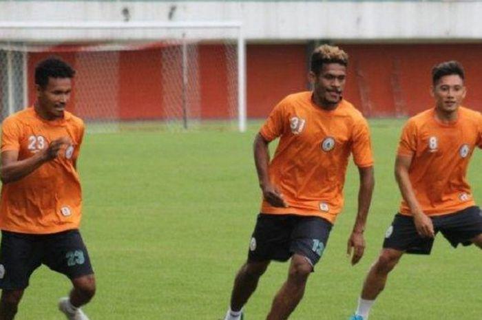 Mantan pemain PS Mojokerto Putra yaitu Haris Tuharea (kiri), Ricky Kambuaya (tengah) dan Derry Rachm