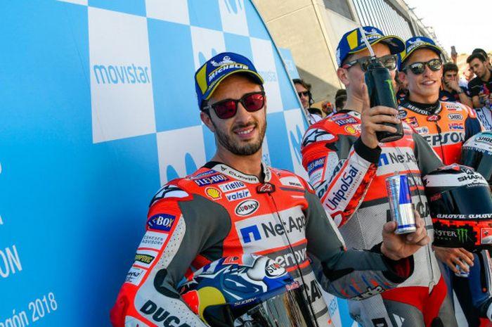 Andrea Dovizioso (Ducati), Jorge Lorenzo (Ducati), dan Marc Marquez (Repsol Honda) berpose setelah merebut tiga posisi start terdepan pada kualifikasi MotoGP Aragon di Sirkuit Aragon, Spanyol, Sabtu (22/9/2018).