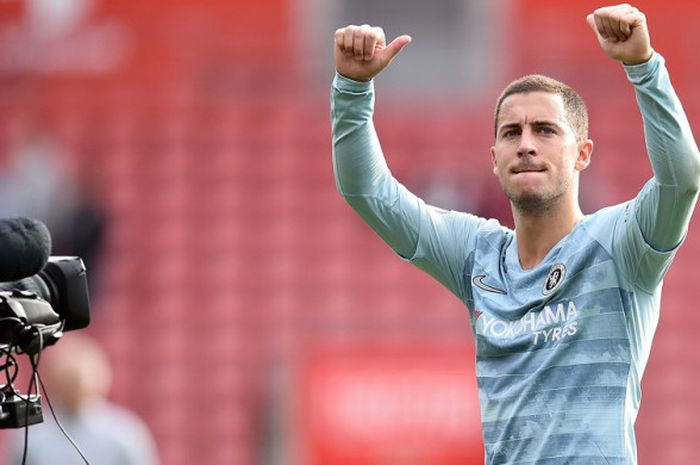 Ekspresi penyerang sayap Chelsea, Eden Hazard, saat memberikan aplaus kepada fan yang datang untuk mendukung timnya tampil menghadapi Southampton dalam laga Liga Inggris 2018-2019 di Stadion Saint Mary's, Southampton, Inggris, pada Minggu (7/10/2018).