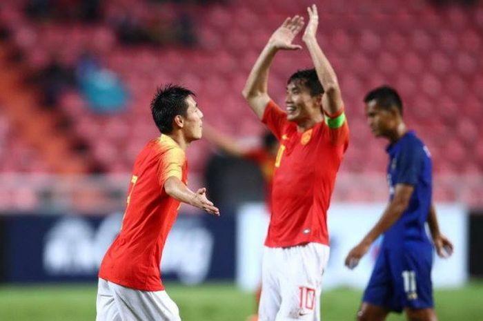 Gelandang Wu Lei (kiri) disambut kapten timnas China, Zeng Zhi seusai mencetak gol ke gawang tuan ru