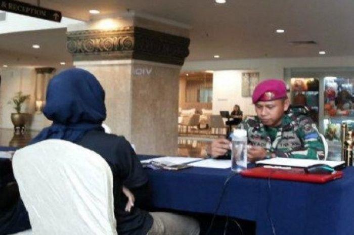 Personel TNI AL bernama Riyadi saat melakukan proses daftar ulang BP Batam-Barelang Marathon 2018 yang digelar di Harmoni One Hotel pada Jumat (30/11/2018).
