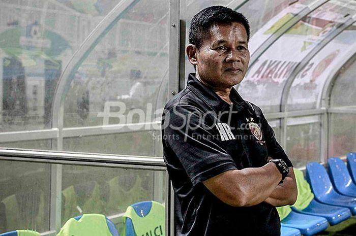 Pelatih Sriwijaya FC, Hartono Ruslan, mengamati jalannya laga antara Sriwijaya FC melawan PS TNI dal