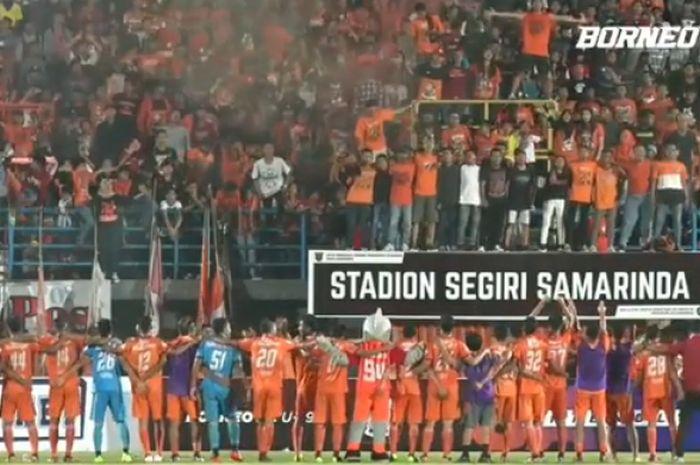 Suasana kemeriahan Stadion Segiri saat Borneo FC u-19 jalani laga persahabatan Internasional melawan