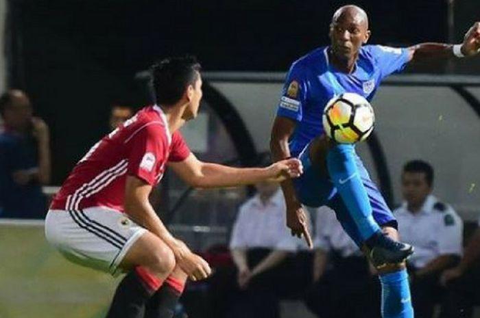 Alessandro Ferreira Leonardo (berkaus biru) dalam salah satu laga di Liga Hongkong pada musim 2017 bersama klub Kitchee SC.