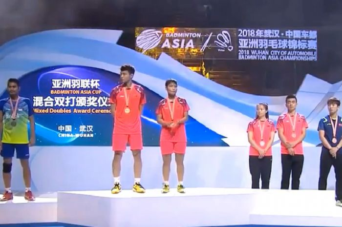 Podium jawara Kejuaraan Asia 2018 sektor ganda campuran, Tontowi Ahmad/Liliyana Natsir  sebagai runer-up (kiri) dan Wang Yilyu/Huang Dongping juara (tengah) pada Minggu (29/4/2018) di Wuhan, China.