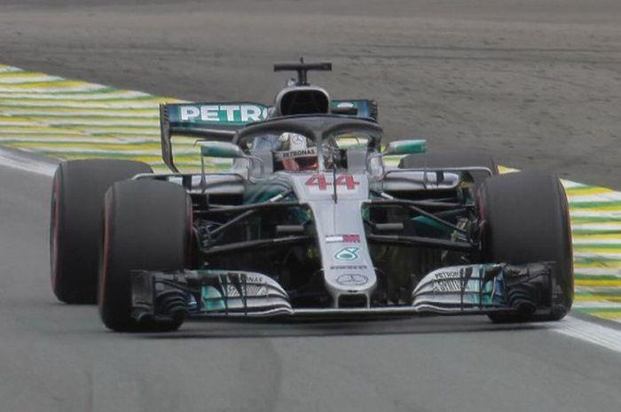 Pebalap Mercedes, Lewis Hamilton, saat tampil dalam sesi kualifikasi F1 GP Brasil 2018, Minggu (11/11/2018) dini hari WIB.