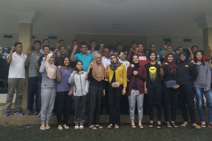 Timnas bola voli indoor putra dan putri untuk Asian Games 2018 berpose seusai pembentukan tim di Padepokan Voli, Sentul, Bogor, Jawa Barat, Rabu (7/2/2018).