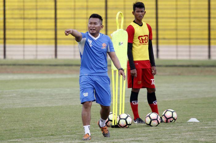 Pelatih PS Tira, Rudy Eka Priyambada dalam sesi latihan timnya di Stadion Sultan Agung, Bantul pada