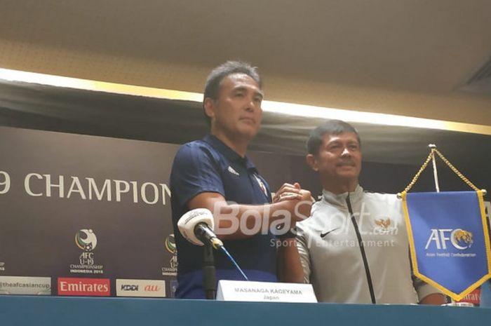 Pelatih timnas U-19 Jepang, Masanaga Kageyama dan pelatih timnas U-19 Indonesia, Indra Sjafri dalam sesi jumpa pers di ruang media Stadion Utama Gelora Bung Karno, Jakarta, Sabtu (27/10/2018).