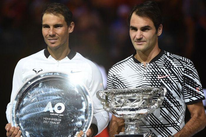 Juara Australia Terbuka 2017 dari Swiss, Roger Federer (kanan) berpose dengan runner-up turnamen, Rafael Nadal (Spanyol), setelah menyelesaikan laga final di Rod Laver Arena, Melbourne, 29 Januari.