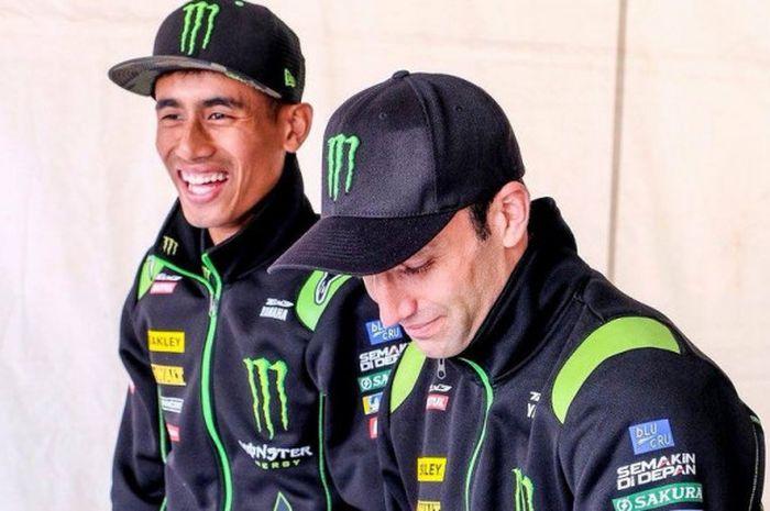 Kedua pebalap Yamaha Tech3, Hafizh Syahrin (kiri) dan Johann Zarco bersantai sebelum menjalani seri balap ketiga MotoGP di Circuit of the Americas, Austin, Amerika Serikat, Minggu (22/4/2018).