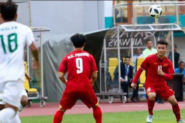 Pemain timnas U-23 Vietnam, Nguyen Cong Phuong dan Nguyen Quang Hai saat bertanding melawan Pakistan