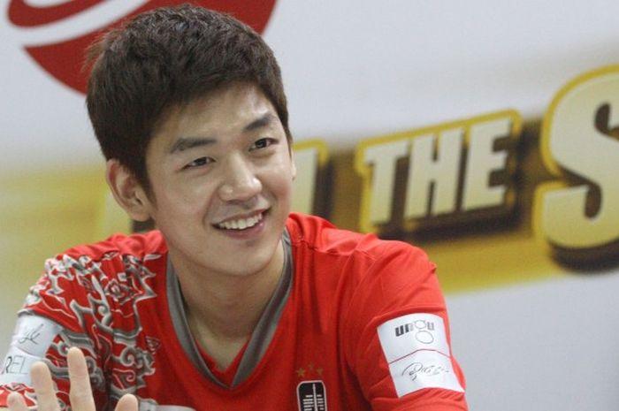 Lee Yong-dae tersenyum saat mendapatkan pertanyaan dari awak media pada sesi konferensi pers Djarum