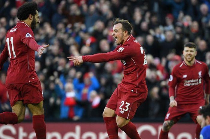Penyerang Liverpool FC, Mohamed Salah (kiri), merayakan golnya bersama Xherdan Shaqiri dalam laga Li
