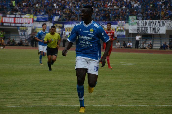 Striker Persib Bandung yang juga kapten Timnas Chad, Ezechiel N'Douassel, mencetak gol ke gawang Persiwa Wamena.