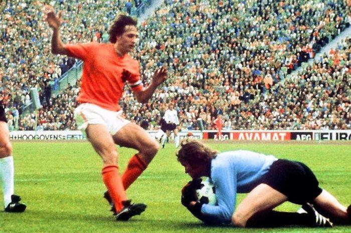 Johan Cruyff (oranye) berduel dengan Sepp Maier saat Belanda melawan Jerman Barat pada partai final
