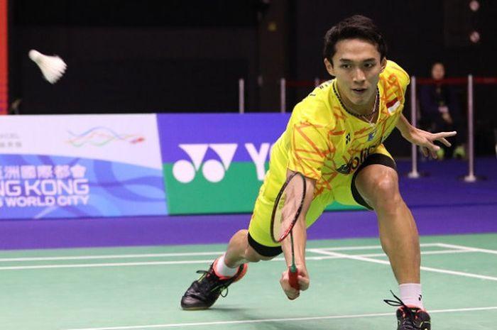 Pebulu tangkis tunggal putra Indonesia, Jonatan Christie, mengembalikan kok ke arah Kento Momota pada babak perempat final Hong Kong Open 2018 di Hong Kong Coliseum, Jumat (16/11/2018).