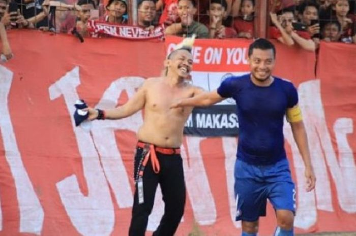 Bek Arema FC, Hamka Hamzah memberikan sebuah jersey untuk pentolan suporter PSM Makassar dari ordo L