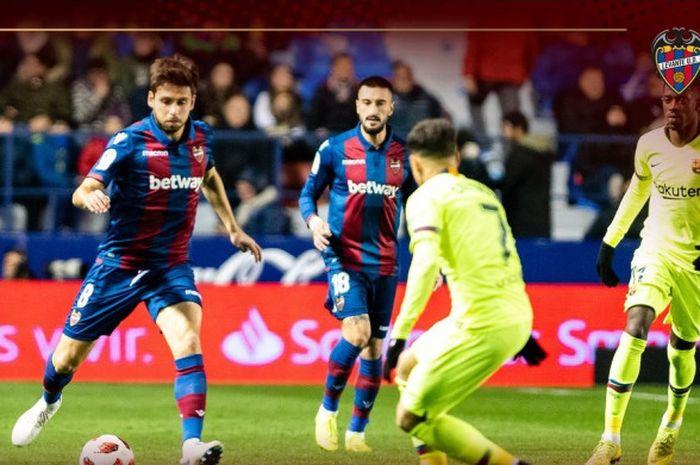 Gelandang Levante, Sanjin Prcic (kiri), berduel dengan penyerang FC Barcelona, Philippe Coutinho, dalam laga leg pertama babak 16 besar Copa del Rey di Stadion Ciutat de Valencia pada 10 Januari 2019.
