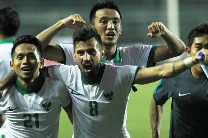 Para pemain Indonesia, Andik Vermansah, Stefano Lilipaly, dan Bayu Pradana, merayakan kemenangan atas Vietnam di semifinal Piala AFF 2016.