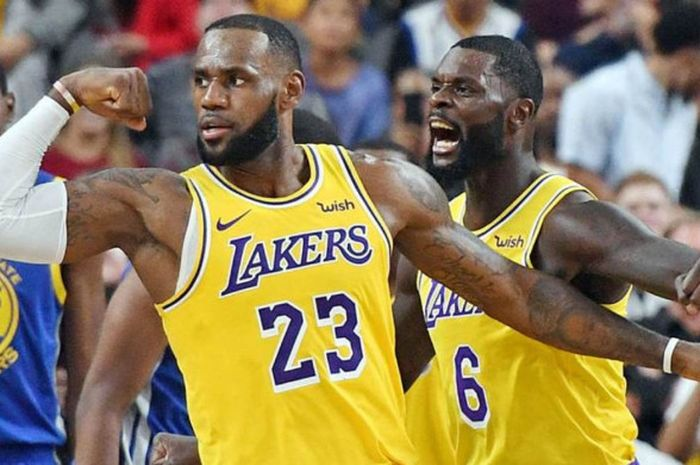 Pebasket megabintang Los Angeles Lakers, LeBron James, melakukan selebrasi