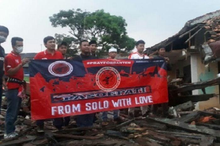 DPP Pasoepati menyalurkan sumbangan korban gempa Selat Sunda.