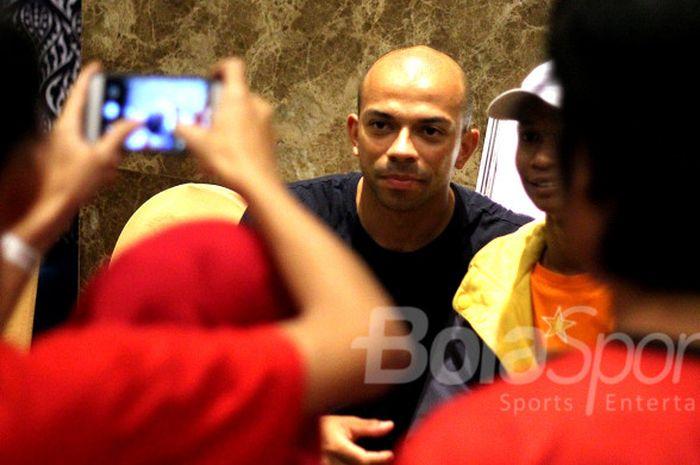 Pemain Persija Jakarta, Ivan Carlos menemui Jakmania yang sudah menunggu di Hotel Aston Solo usai laga kontra Mitra Kukar, Minggu (4/2/2018).