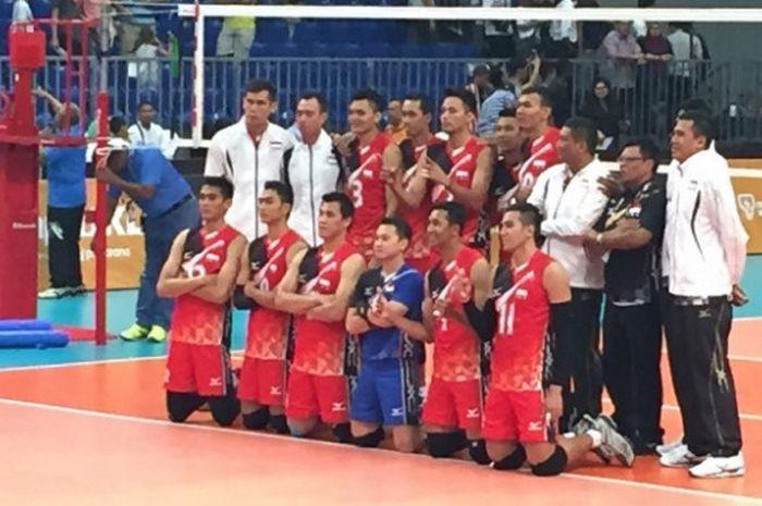 Timnas bola voli putra Indonesia berpose seusai menghadapi Filipina pada laga kedua penyisihan Grup B SEA Games 2017 di Hall 11 MITEC, Malaysia, Rabu (23/8/2017).