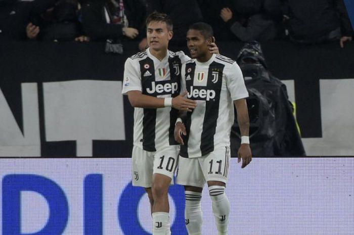 Penyerang Juventus, Paulo Dybala (kiri), merayakan golnya bersama Douglas Costa dalam laga Liga Italia melawan Cagliari di Stadion Allianz, Turin pada 3 November 2018.