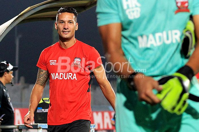 Gelandang Madura United, Raphael Maitimo, saat melakukan pemanasan menjelang laga pekan ke-12 Liga 1 2018 melawan Bali United di Stadion Gelora Bangkalan, Jawa Timur, Minggu (03/06/2018).