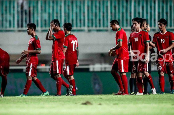 Pemain Timnas U-23 Indonesia berjalan gontai seusai laga uji coba kontra Korea Selatan di Stadion Pakansari, Bogor, Sabtu (23/6/2018).