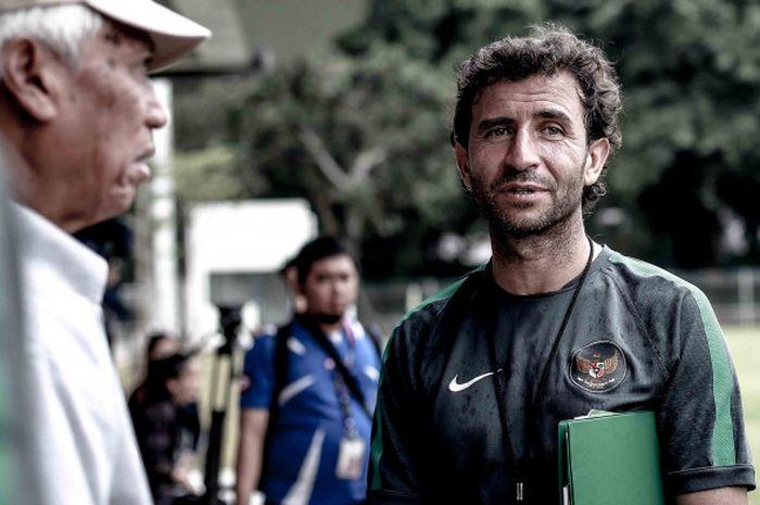 Pelatih Timnas Indonesia, Luis Milla saat menjalani pemusatan latihan timnas U-23 Indonesia di lapangan ABC Senayan, Jakarta.