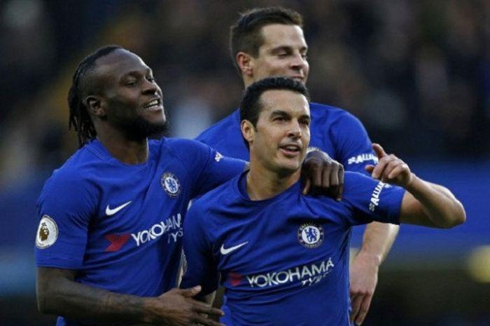 Gelandang Chelsea, Pedro Rodriguez, melakukan selebrasi bersama rekan setimnya, Victor Moses (kiri),