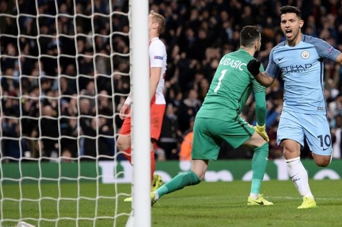 Sergio Aguero mencetak gol Manchester City ke gawang AS Monaco pada partai pertama babak 16 besar Liga Champions di Stadion Etihad, Rabu (21/2/2017).