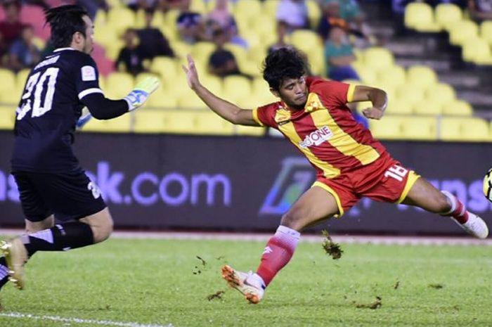 Aksi penyerang Selangor FA, Ilham Udin saat mencoba mengelabuhi kiper Melaka United, Khairul Fahmi Che Mat pada lanjutan Liga Super Malaysia 2018 di Stadion Hang Jebat, Krubong, 21 Juli 2018.