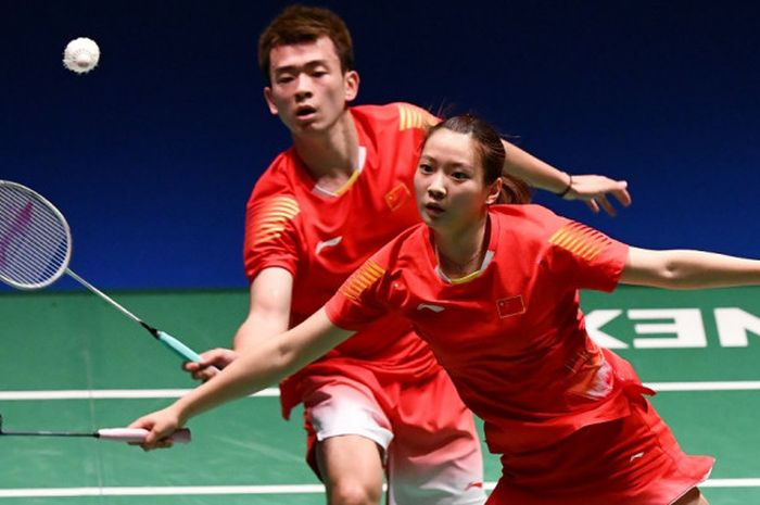 Pasangan ganda campuran China, Zheng Siwei (belakang)/Huang Yaqiong, saat menjalani laga melawan Chan Peng Soon/Goh Liu Ying (Malaysia) pada semifinal Japan Open 2018 di Tokyo, Jepang, Sabtu (15/9/2018).