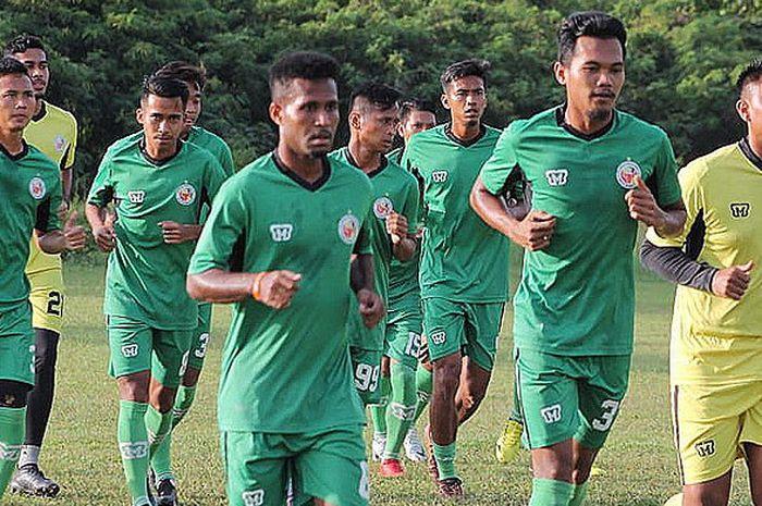 Skuat Semen Padang FC berlatih di komplek Semen padang, Indarung.